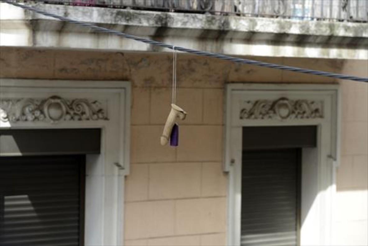 Un pene de goma cuelga de un cable en la calle de Radas, cerca de França Xica, en el Poble Sec.