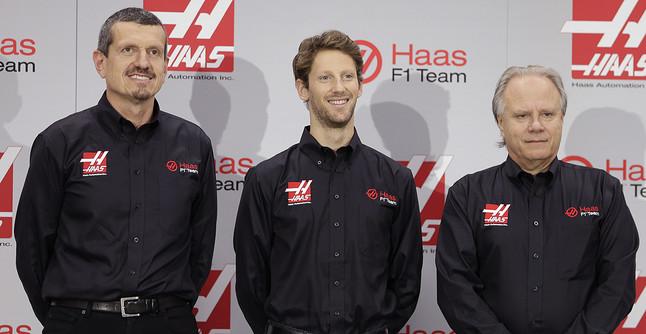 El piloto francés Romain Grisjean, flanqueado por Günther Steiner, jefe del equipo Haas (izquierda), y Gene Haas, dueño de la escudería.
