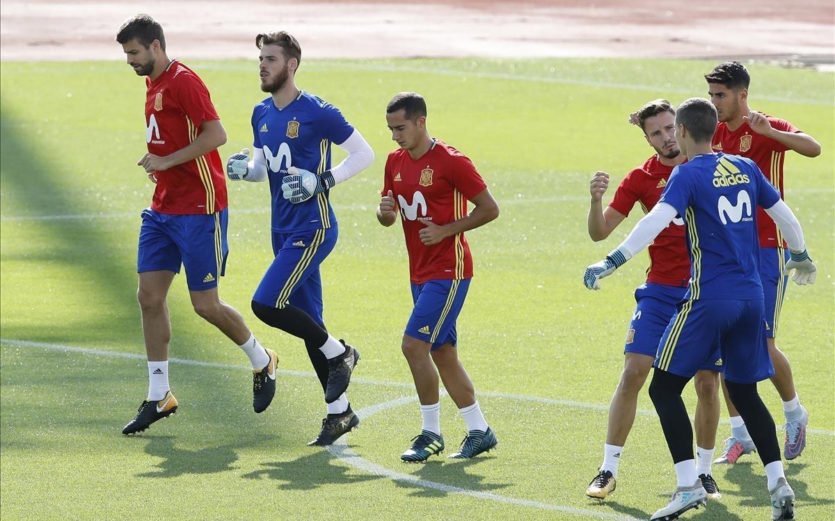 Piqué, De Gea y Vázquez corren juntos en el entrenamiento de la selección