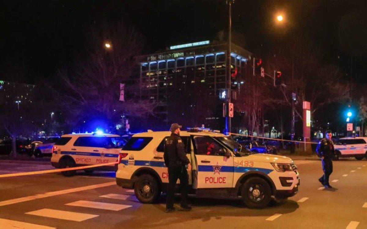 La policía de Chicago resguarda la zona donde se dio un tiroteo.