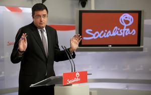 El portavoz del PSOE en el Senado, Óscar López, en una rueda de prensa.