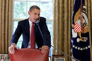 El president dels EUA, Barack Obama, parla per telèfon l'octubre del 2009, a la Casa Blanca.