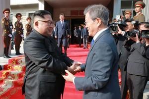 El presidente de Corea del Sur,Moon Jae-in, estrecha la mano a su homólogo de Corea del Norte,Kim Jong-un.