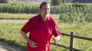El presidente del Gobierno, Mariano Rajoy, durante un paseo matutino en Pontevedra.