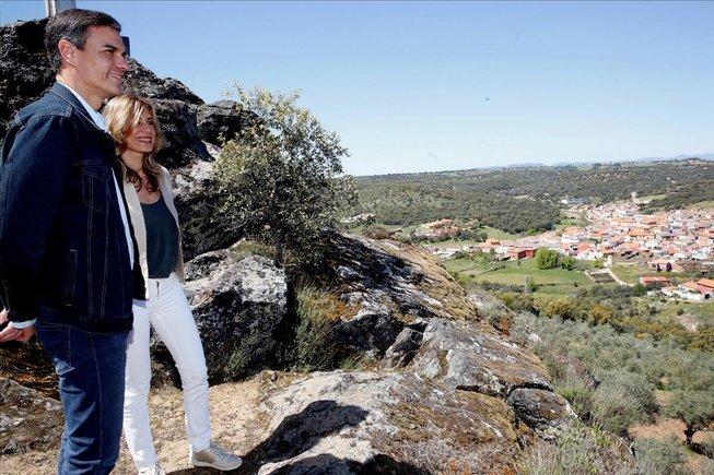 El presidente del gobierno Pedro Sanchezy su mujer Begona Gomez, aprovechan la jornada de reflexion para descansar en la localidad manchega de Anchuras.