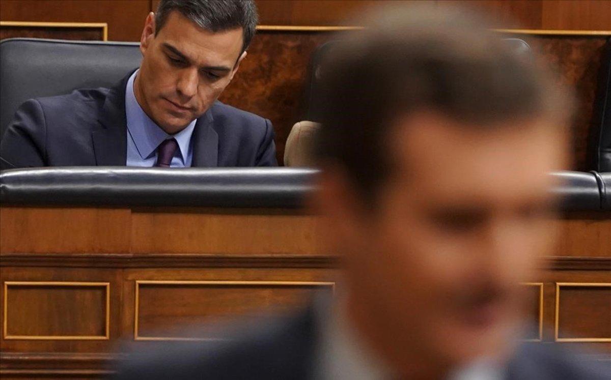 El presidente del Gobierno, Pedro Sánchez y, en primera línea, el jefe de la oposición, Pablo Casado, en el Congreso.