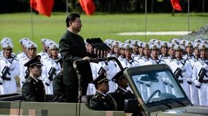 El presidente Xi Jinping pasa revista a las tropas chinas en Hong Kong.