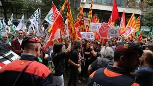 Protesta de los funcionarios en septiembre para reclamar el retorno de las pagas extra que se les debe.