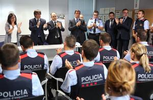 El president Puigdemont durante su visita en la comisaría de los Mossos en Cambrils, el pasado viernes.