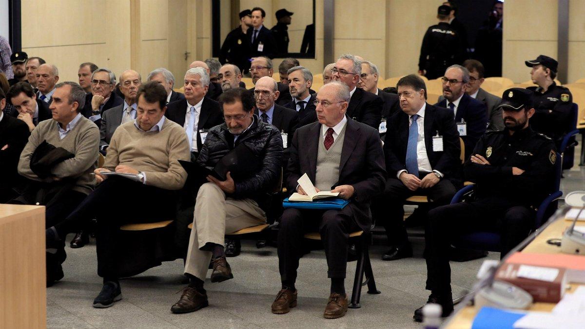 El expresidente de Bankia Rodrigo Rato (derecha, en primera fila) junto al resto de acusados, durante la primera sesión del juicio.