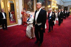 La reina Isabel y Trump, en el palacio de Buckingham.