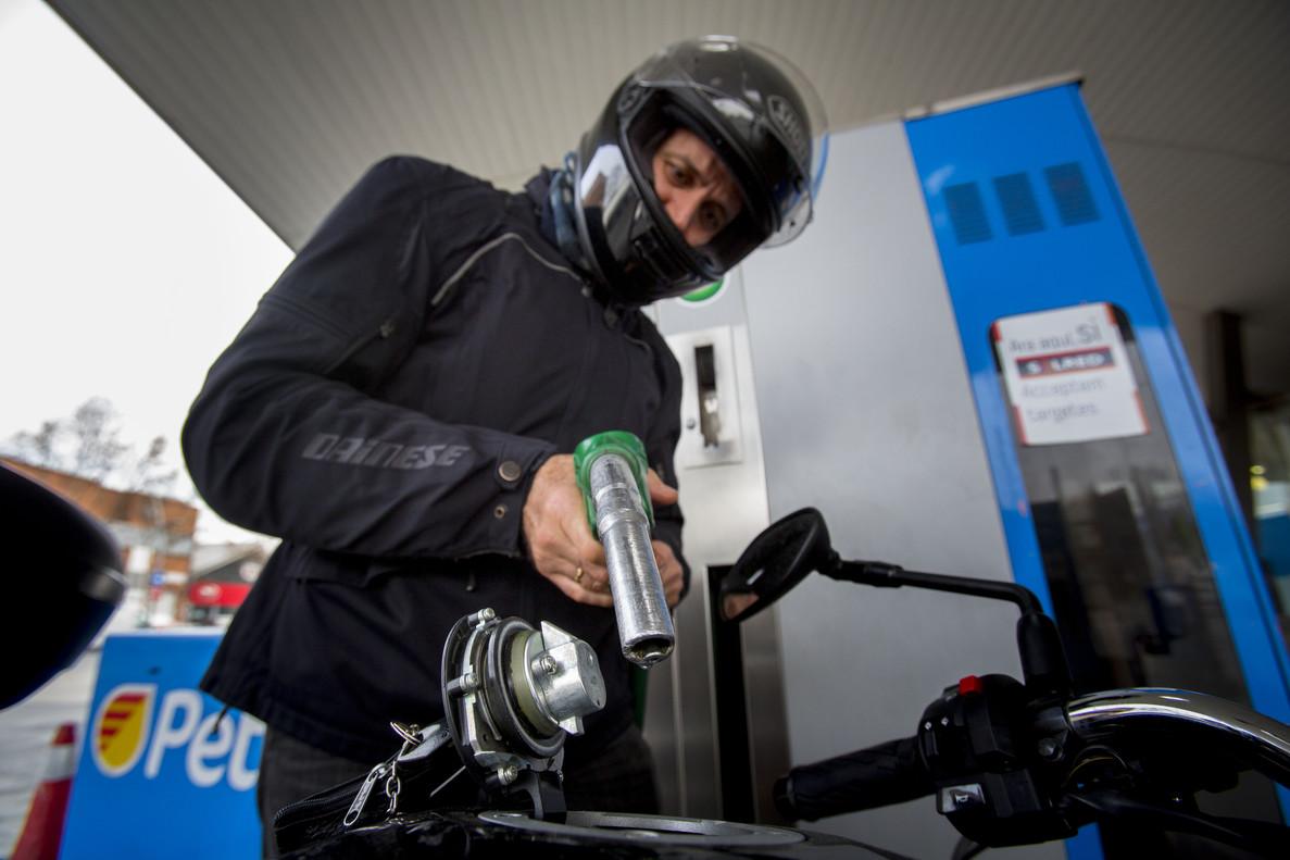 Repostaje en una gasolinera de Barcelona.