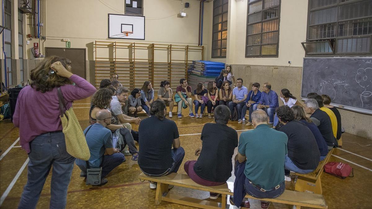 Reunión en La Sedeta para organizar los turnos de la primeranoche de ocupación.