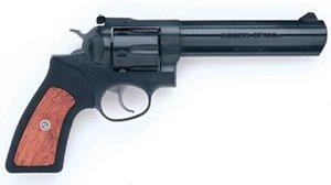 Un revólver.