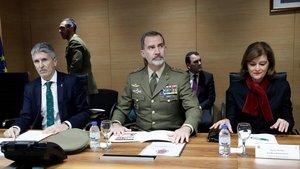 El rey Felipe VI, entre la secretaria de Estado de Seguridad, Ana María Botella Gómez, y el ministro del Interior, Fernando Grande-Marlaska, el pasado día 9.