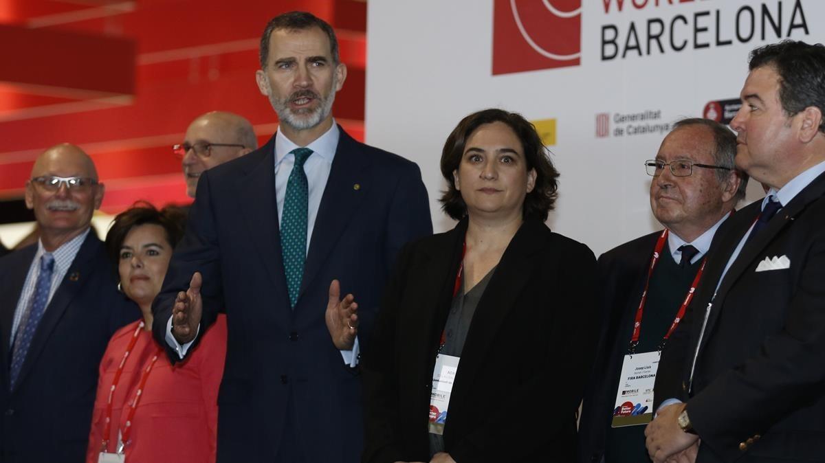 El Rey junto a la alcaldesa Ada Colau y la vicepresidenta Soraya Sáenz de Santamaría, en la inauguración del Mobile World Congress del 2018.