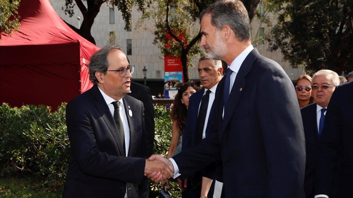 El rey Felipe VI saluda al president de la Generalitat, Quim Torra, a su llegada a la plaza de Catalunya.