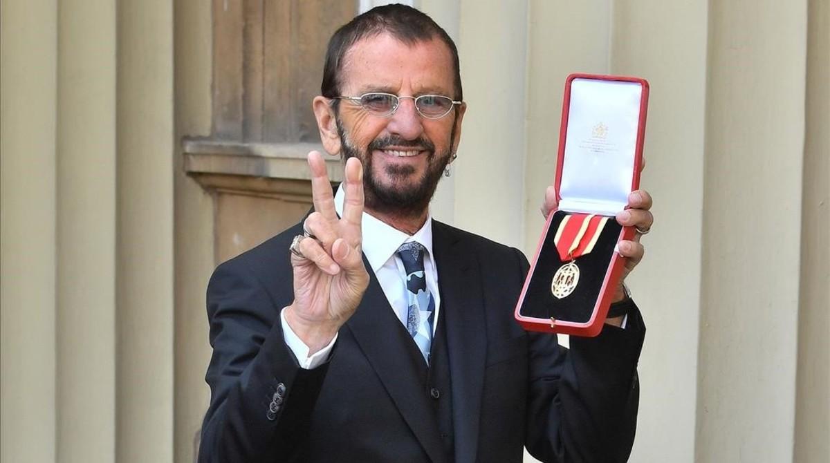Ringo Starr muestra la condecoración, este martes en Buckingham Palace.