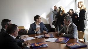 Albert Rivera, con diputados de Ciudadanos y miembros de Societat Civil Catalana en la reunión que han mantenido en el Congreso este lunes.