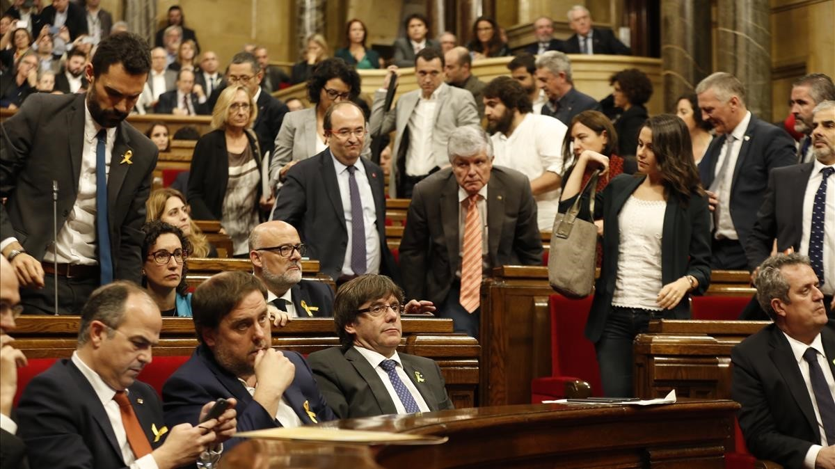 Los diputados del PSC y de Ciutadans abandonan el hemiciclo antes de que se vote la declaración de independencia.