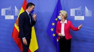 Pedro Sánchez saluda a la presidenta de la Comisión Europea, Ursula Von der Leyen, este miércoles en Bruselas.