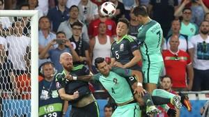 Cristiano Ronaldo, en el salto que acabó con el gol de cabeza del astro blanco.