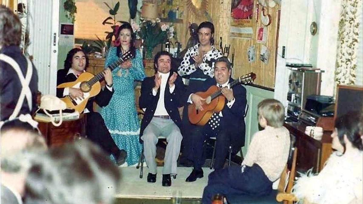 Juan Lucero, en el centro, con su cuadro flamenco.