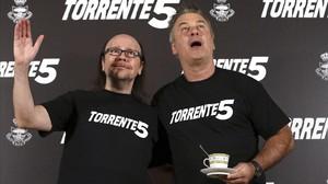 Santiago segura, a la izquierda, y Alec Baldwin, esta mañana antes de acudir al rodaje de Torrente 5.