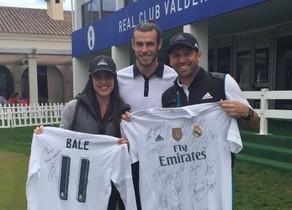Sergio García y su prometida, Angela Akins, posan junto a Gareth Bale.