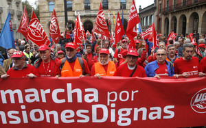 GRA062 GIJÓN (ASTURIAS), 30/09/2017.- Catorce pensionistas pertenecientes a los sindicatos UGT y CCOO de Asturias han iniciado hoy en Gijón una de las marchas a pie hasta Madrid en defensa de unas pensiones dignas, acompañados por dirigentes políticos y sindicales y decenas de personas. EFE/Juan González