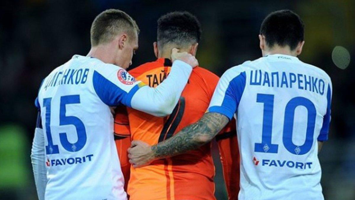 Taison arropado por los jugadores del Dinamo de Kiev al ser expulsado.
