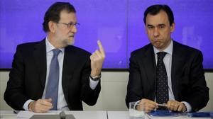 El líder del PP, Mariano Rajoy, este lunes con el vicesecretario de organización, Fernando Martínez-Maillo, en el comité ejecutivo del PP.