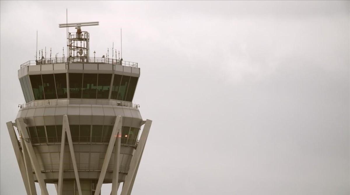 Una torre de control del aeropuerto de El Prat rodeada de niebla.