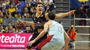 Thomas Heurtel defiende a Rodrigo San Miguel, uno de los mejores del Tenerife.