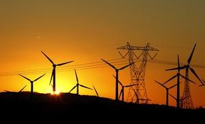 Torre elèctrica i molins d'energia eòlica.