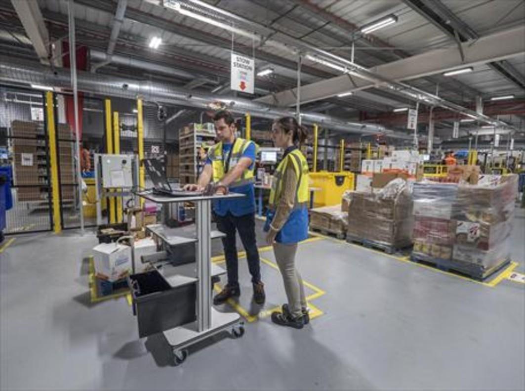 Dos empleados durante su jornada en unos almacenes logísticos.