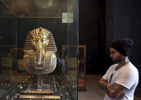 Un turista contempla la máscara de Tutankamón, el pasado noviembre, en el Museo Egipcio.