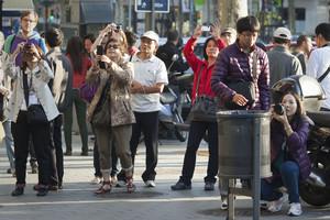 Turistas chinos en el paseo de Gràcia.