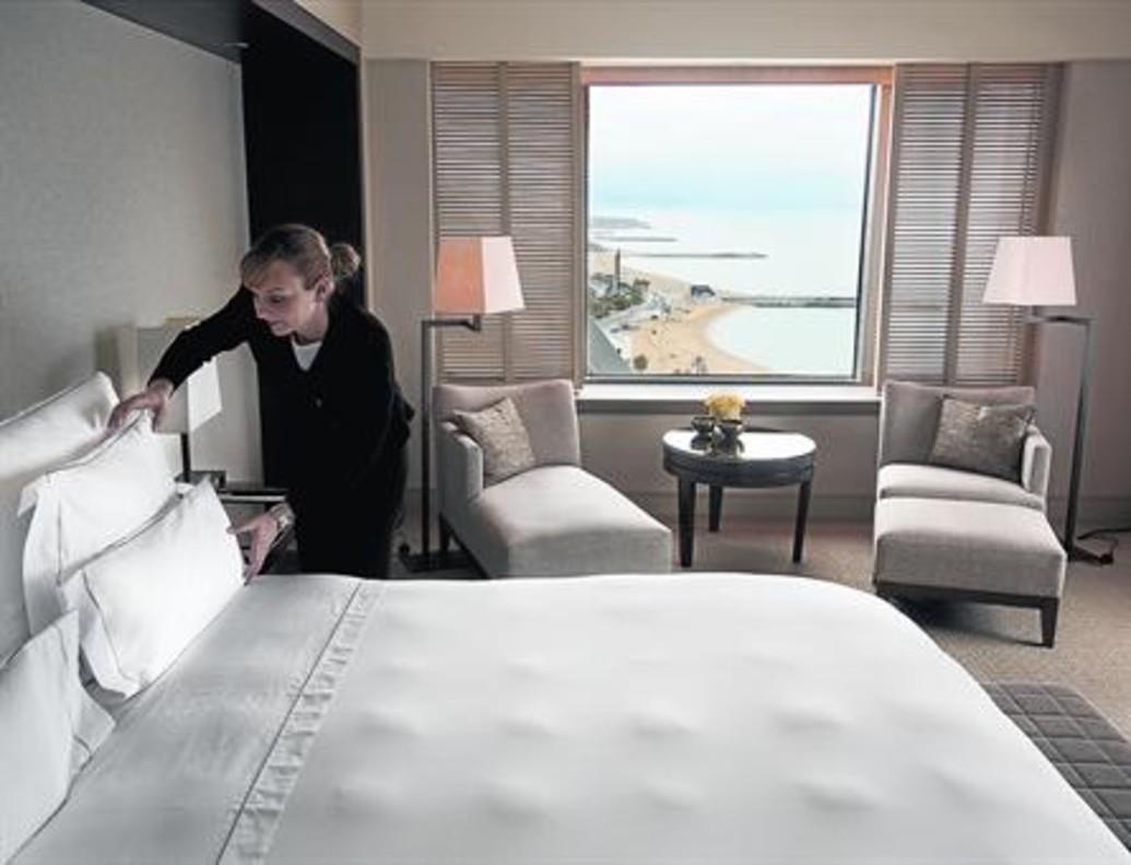 Una camarera de planta finaliza la limpieza de una habitación en un hotel de Barcelona.
