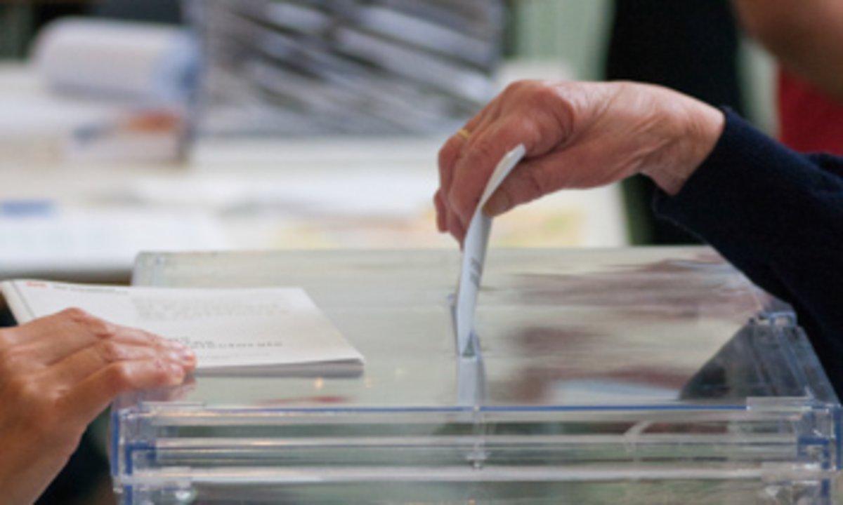 Una ciudadana introduciendo su voto en la urna.