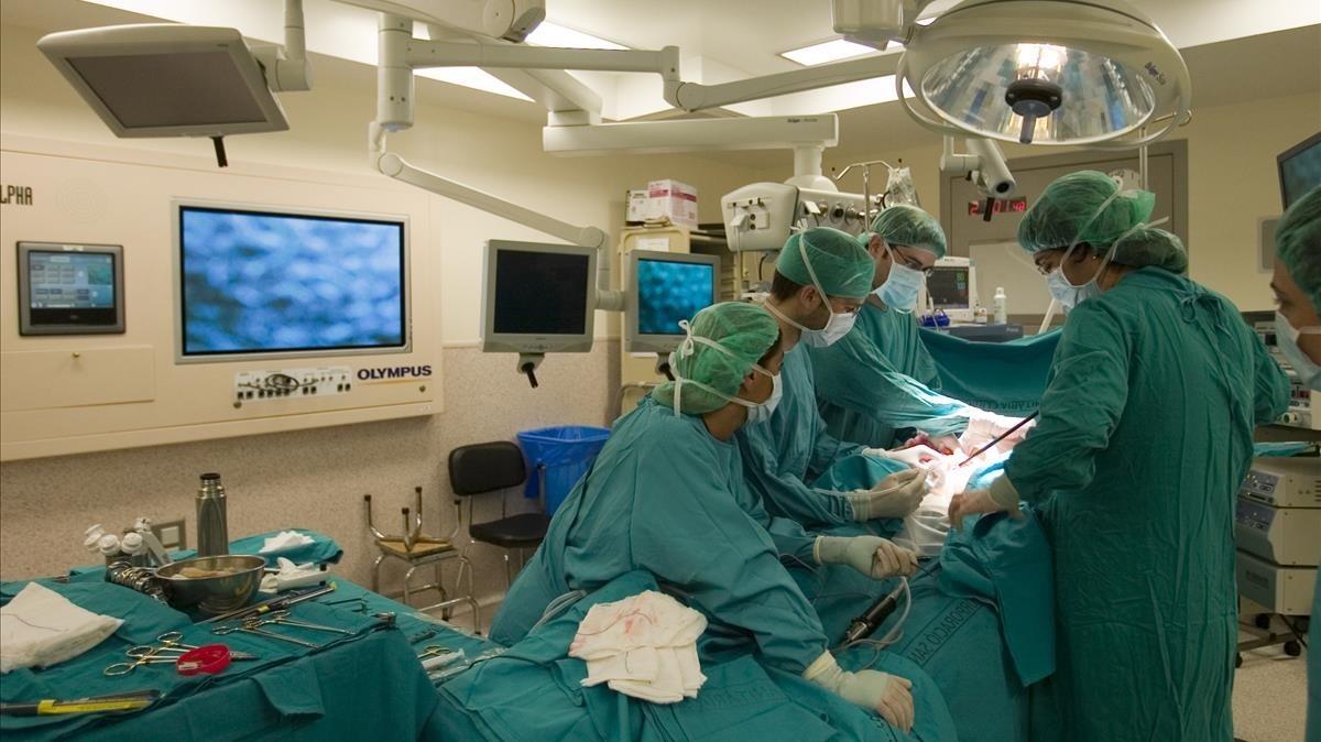 Imagen de archivo de una intervención en un hospital de Barcelona.