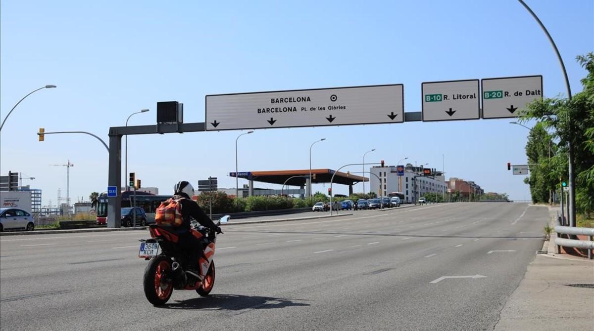 Una moto entra a Barcelona por la Meridiana.