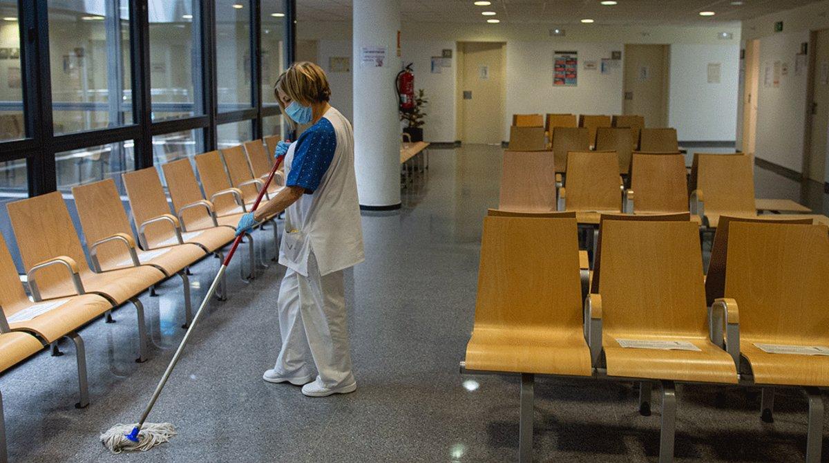 Una mujer limpia y desinfecta el CAP Montnegre de Barcelona.