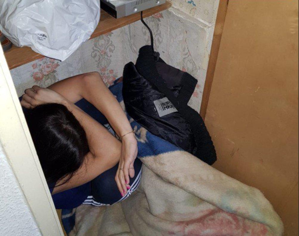 Una mujer víctima de malos tratos se esconde en un armario.