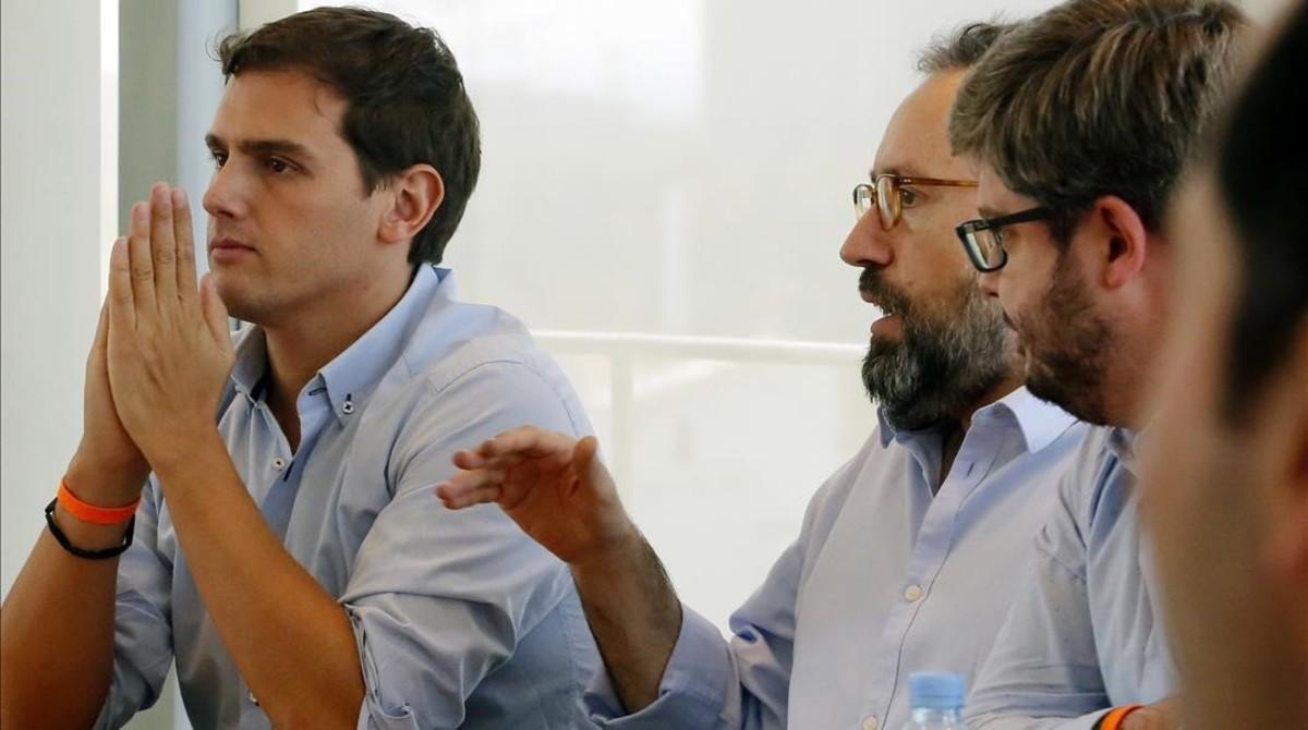 Rivera, con su equipo, durante la reunión de la ejecutiva que ha celebrado Ciudadanos tras las elecciones gallegas y vascas.