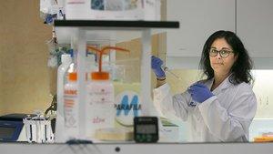La doctora María José Buzón, en su laboratorio del Hospital Vall d'Hebron.