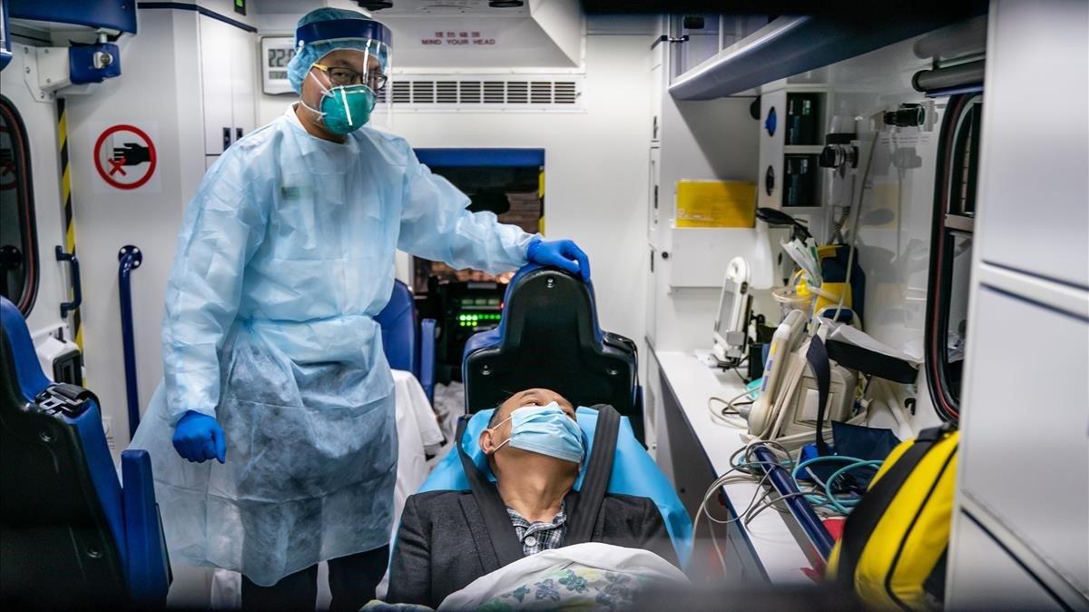 Un paciente afectado por el coronavirus es trasladado en una ambulancia en Hong Kong, China.
