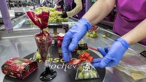 Empleadas de una empresa de Monforte del Cid (Alicante) preparan las uvas de Fin de Año.