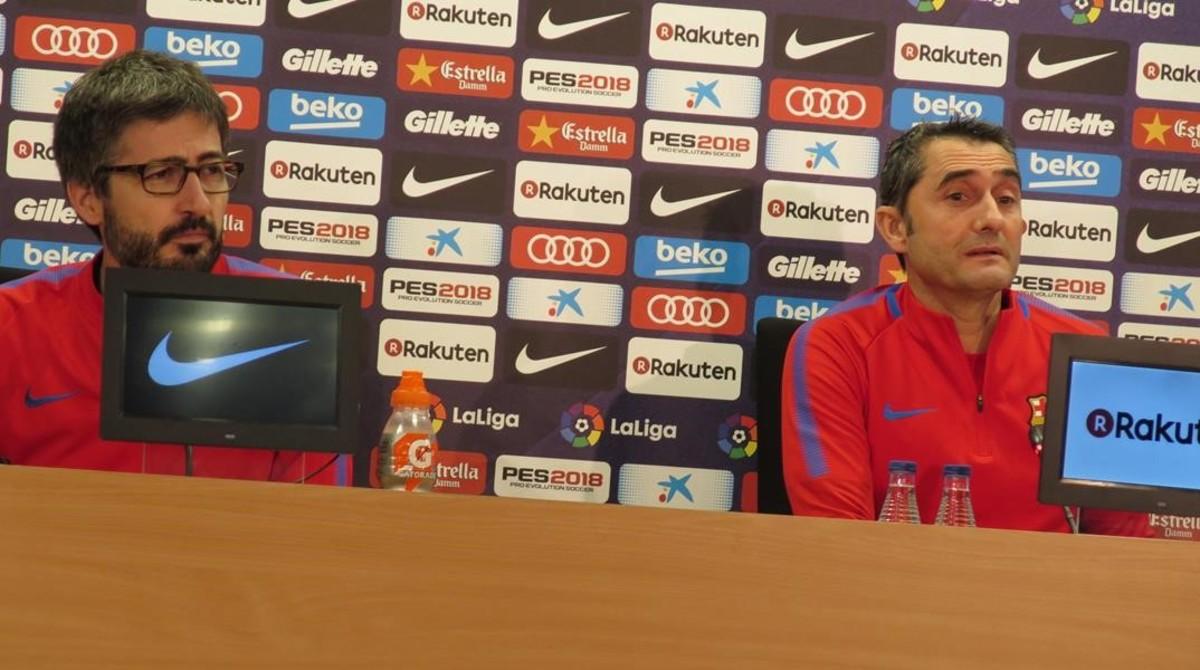 Valverde junto al responsable de prensa Sergi Nogueras, en la sala de prensa de Sant Joan Despí.