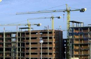 MD02. MADRID, 15/01/2010.- Imagen de archivo de varios edificios de viviendas en construcción. La venta de vivienda libre en España sumó en noviembre de 2009 un total de 34.828 operaciones, lo que supone un descenso del 2,6 por ciento respecto al mismo mes del ejercicio anterior y una fuerte moderación frente octubre, cuando el recorte fue del 21,3 por ciento. Esta mejoría obedece a que en noviembre la venta de viviendas aumentó el 5,3 por ciento respecto a octubre. EFE/Archivo/Chema Moya
